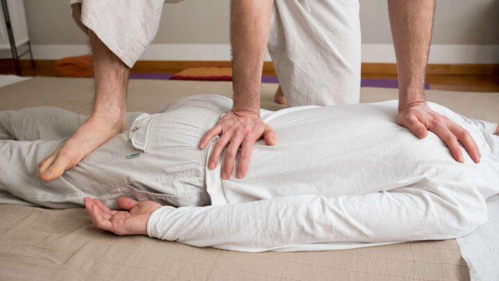 masaža leđa u potrbušnom položaju
